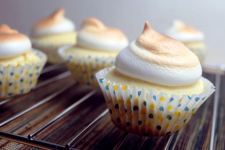 vanilla-cupcakes-with-meringue-frosting-2